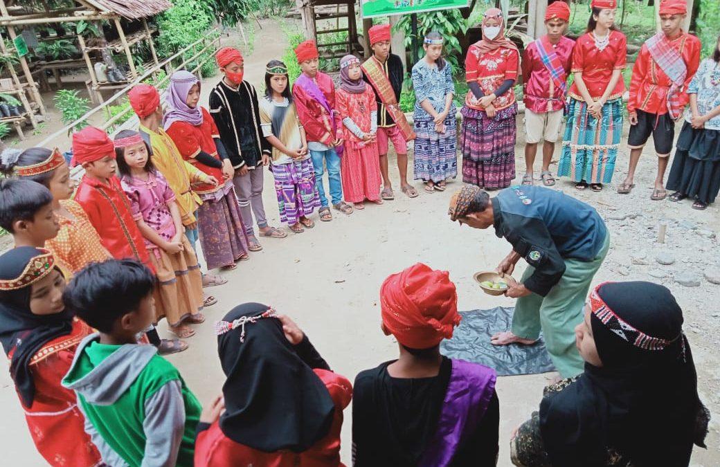 Pendidikan dan pelatihan tata cara/etika penyambutan tamu sesuai adat/budaya Kulawi kepada anak-anak Sekolah Alam Toro